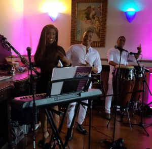 Read more about the article Salsa Caliente LE feiert mit dem Brautpaar